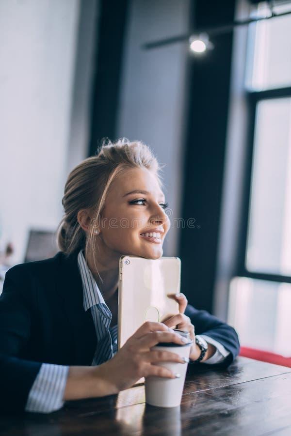 La jeune femme d'affaires rêve tout en buvant du café photos stock