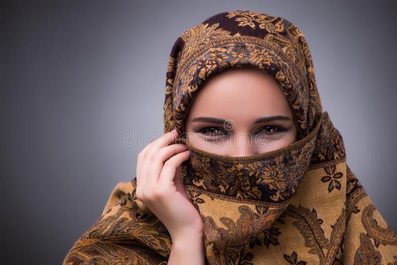 La jeune femme dans l'habillement musulman traditionnel image libre de droits