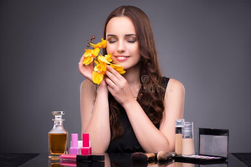 La jeune femme dans le concept de maquillage de beauté photos stock