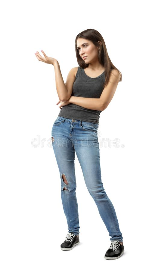 La jeune femme dans le dessus sans manche gris et les blues-jean se tenant avec une main se sont pli?es et ont augment?, regardan photos stock