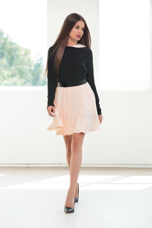 La jeune femme de mode marche à vous image libre de droits