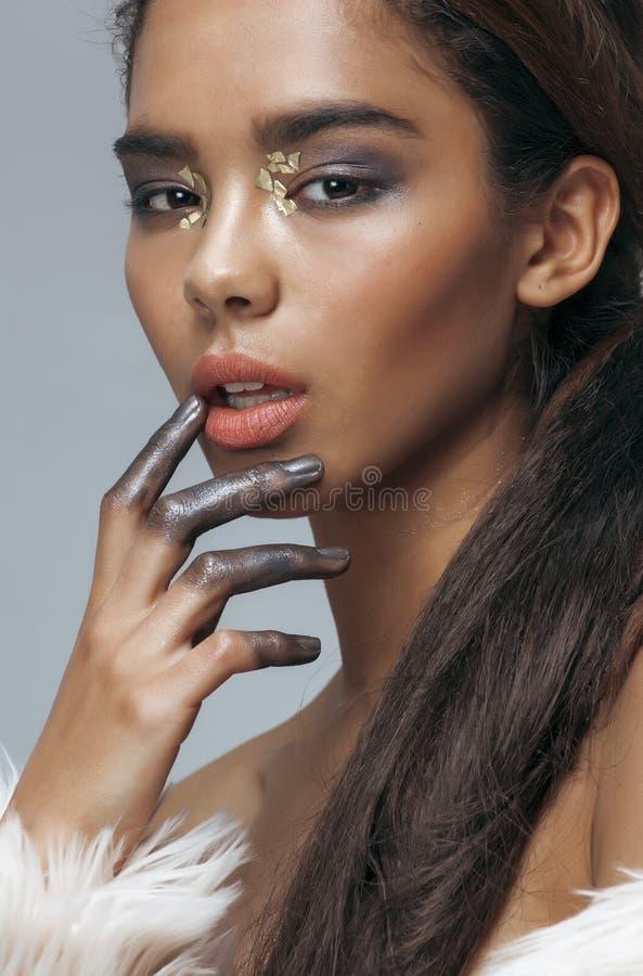 La jeune femme de mulâtre d'afro-américain de beauté avec la mode composent, plan rapproché émotif de visage image stock