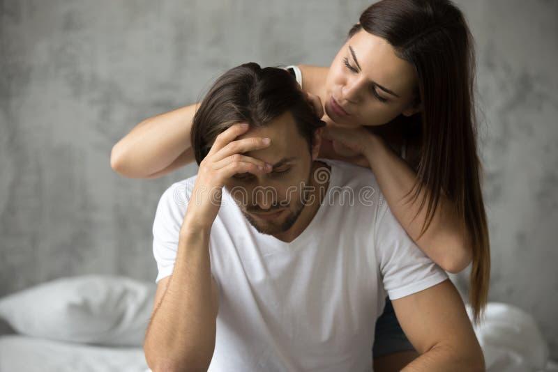 La jeune femme embrassant le renversement a offensé l'homme faisant des excuses, demandant images libres de droits