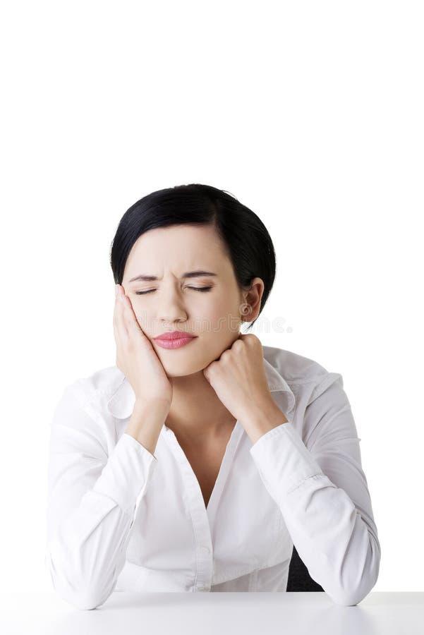 La jeune femme en douleur a le mal de dents photographie stock libre de droits