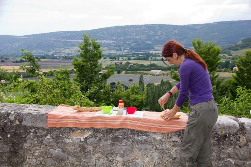 La jeune femme en vacances prépare le dîner, France. photographie stock