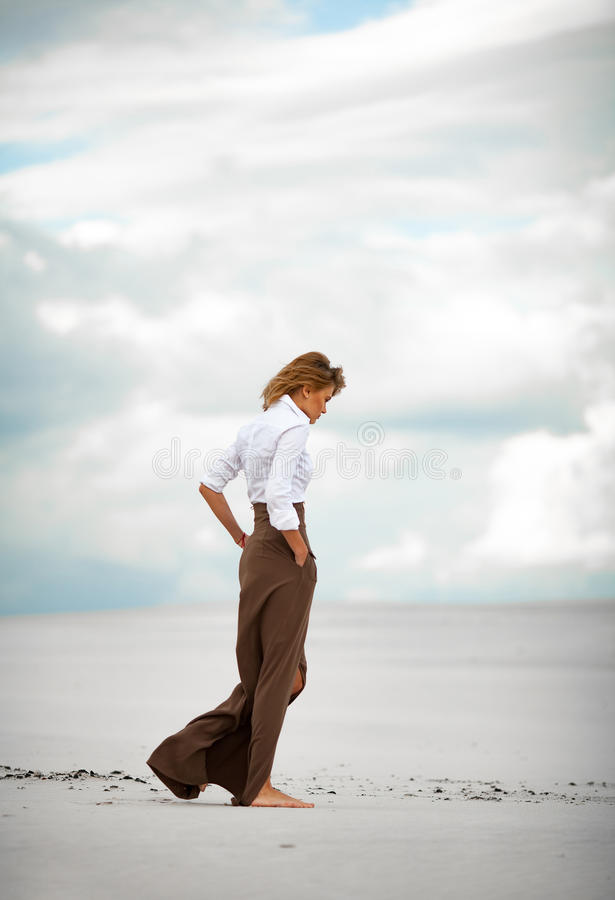 182 Femme Nu Dans Le Desert Photos Libres De Droits Et Gratuites De Dreamstime