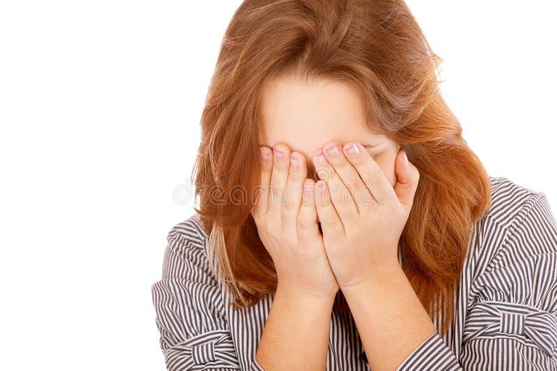 La jeune femme a fermé le visage avec des mains image stock