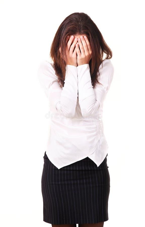 La jeune femme a fermé le visage avec des mains image libre de droits