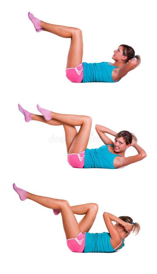 La jeune femme font des exercices pour les muscles abdominaux photo libre de droits