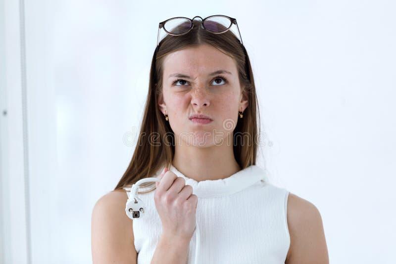La jeune femme frustrante d'affaires tenant l'ordinateur branchent le bureau photographie stock