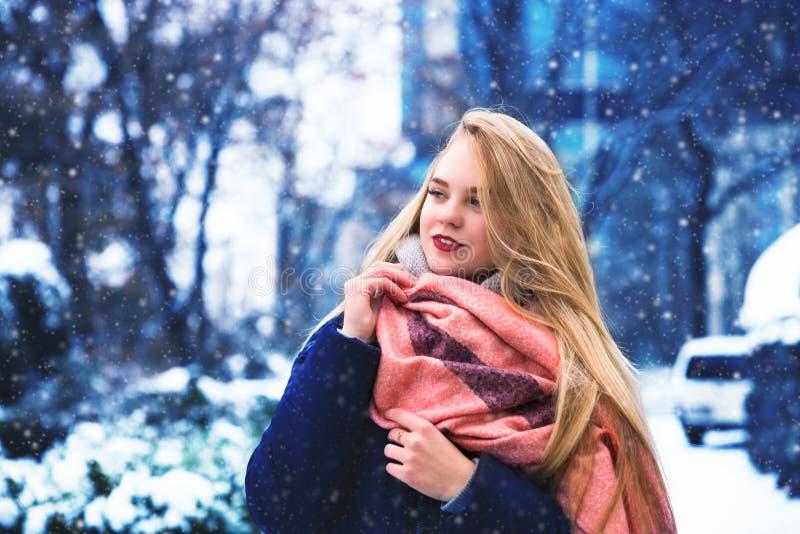 La jeune femme heureuse apprécient la neige en parc de ville d'hiver extérieur images stock