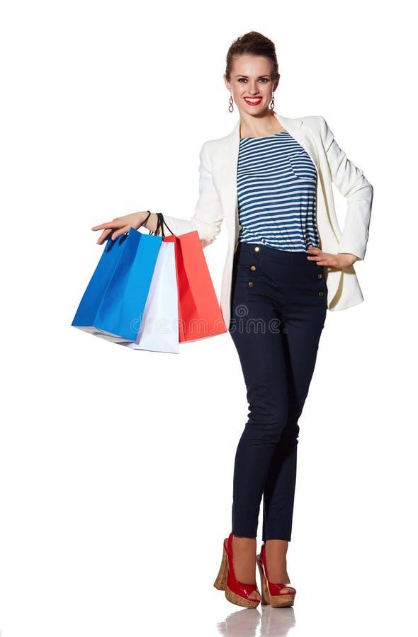 La jeune femme heureuse avec le drapeau français colore des paniers photos libres de droits