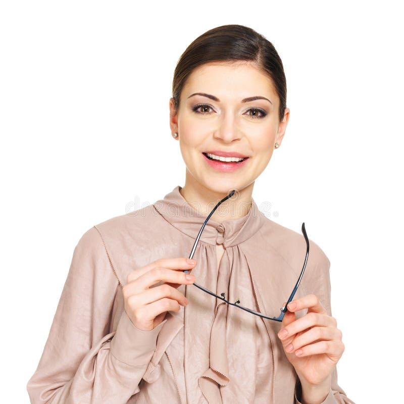 La jeune femme heureuse dans la chemise beige tient les verres photos stock