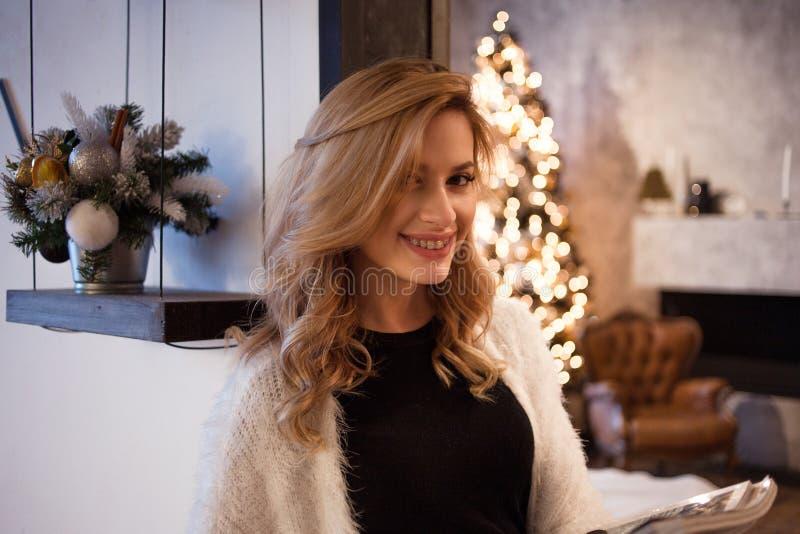 La jeune femme heureuse et sûre prévoit à la maison des buts pendant la nouvelle année Résolutions du ` s de nouvelle année images stock