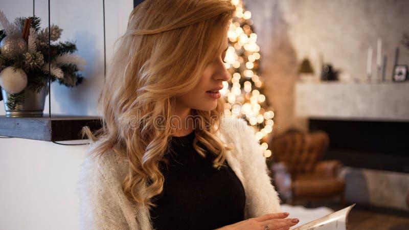 La jeune femme heureuse et sûre prévoit à la maison des buts pendant la nouvelle année Résolutions du ` s de nouvelle année image stock