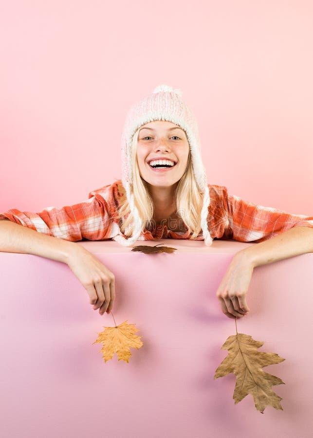 La jeune femme heureuse se préparent au jour de vente d'automne Étonnez la femme jouant avec la feuille et regardant l'appareil-p image libre de droits