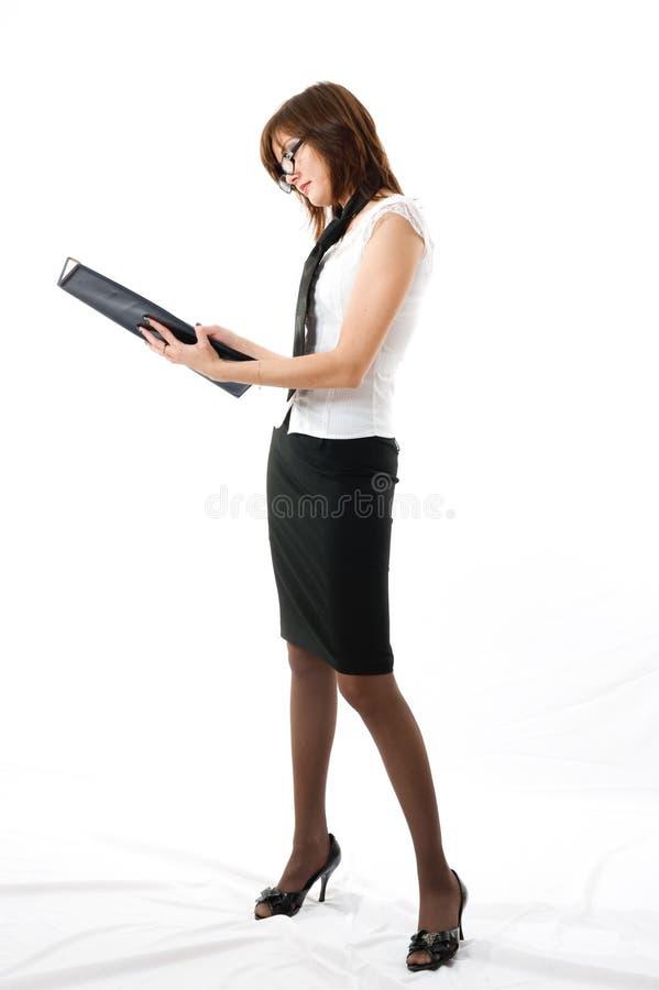 La jeune femme japonaise d'affaires regardant la note photographie stock libre de droits