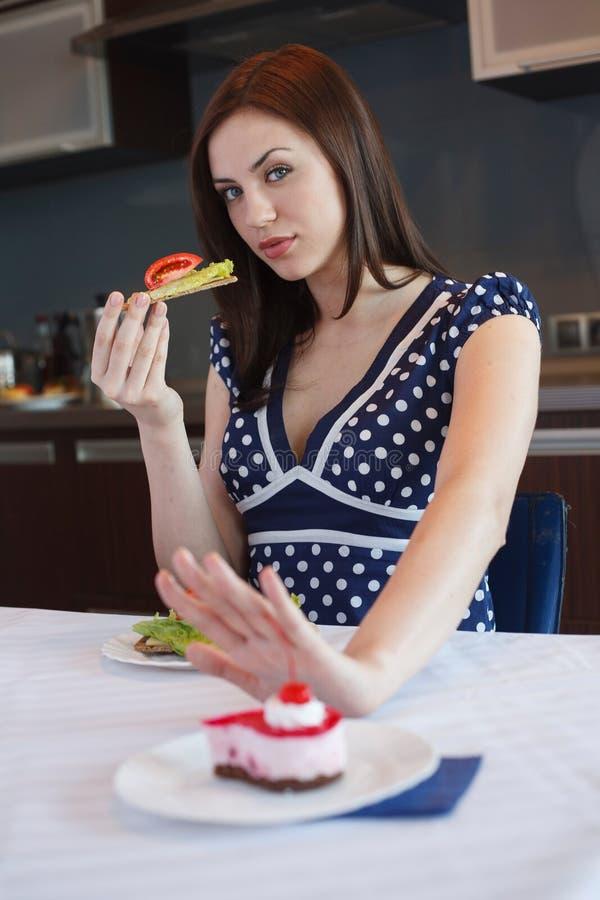La jeune femme mange sain image stock