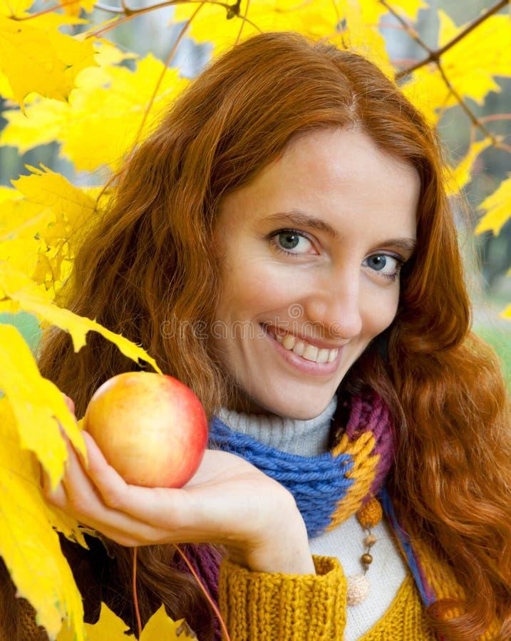 La jeune femme marche dans le bois d'automne image stock