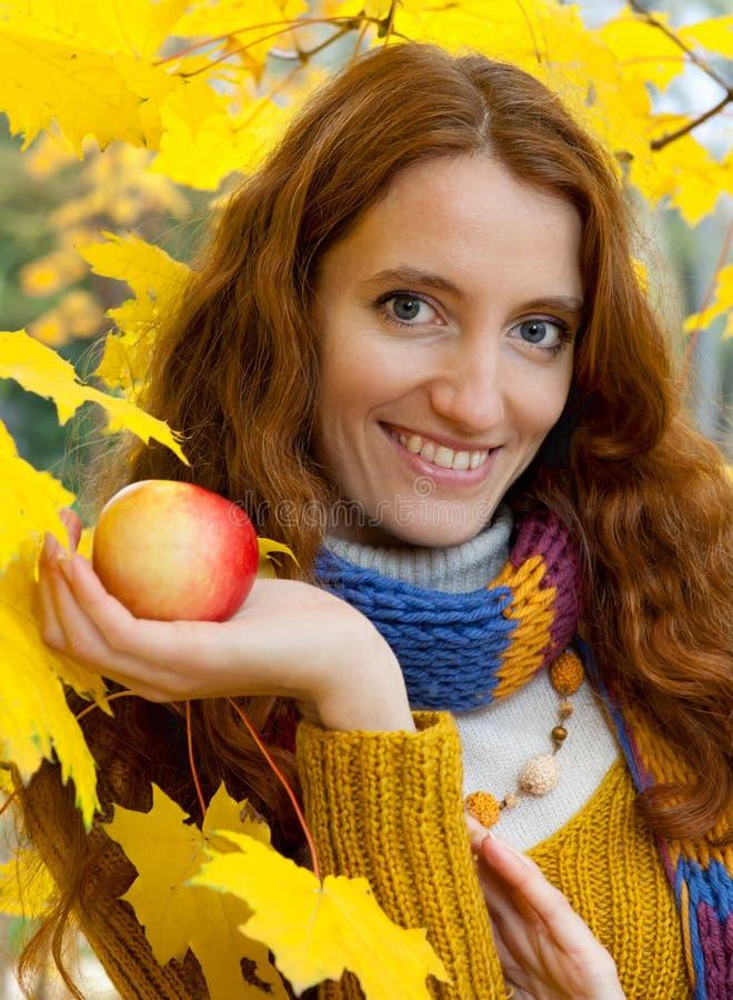 La jeune femme marche dans le bois d'automne photo libre de droits