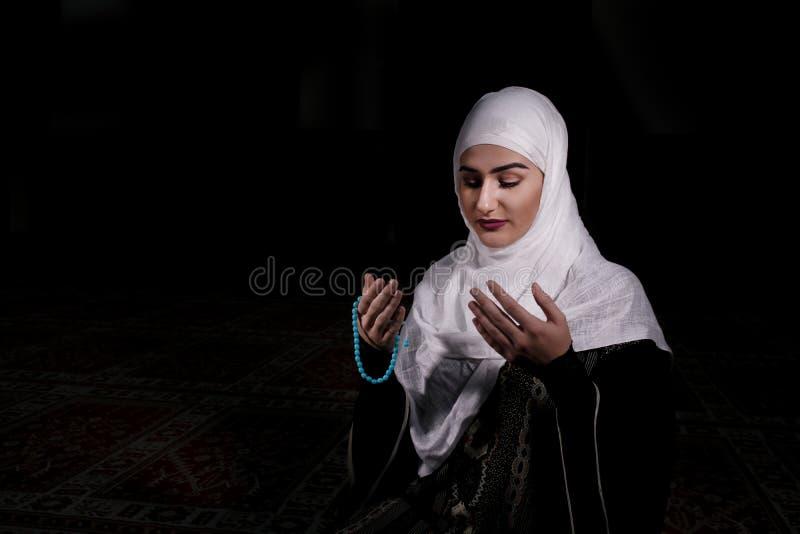La jeune femme musulmane prient dans la mosquée photos stock