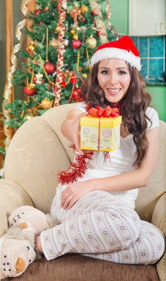 La jeune femme offre un cadeau dans la boîte enveloppée avec le ruban images stock