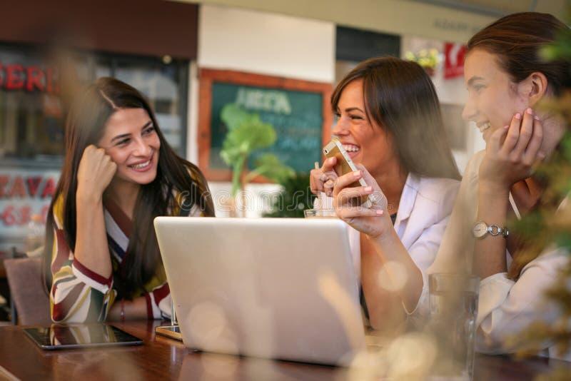 La jeune femme ont l'amusement sur la pause-café photo libre de droits