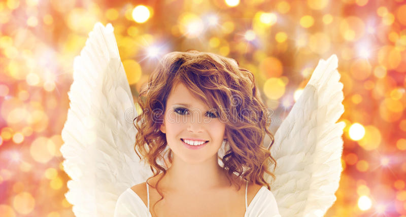 La jeune femme ou la fille heureuse d'ado avec l'ange s'envole photos stock