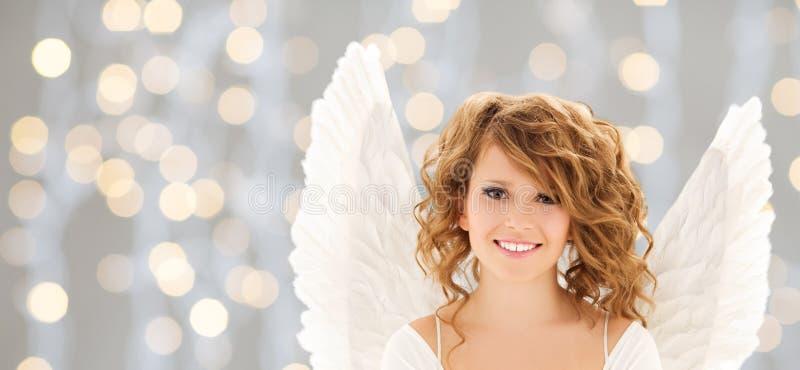 La jeune femme ou la fille heureuse d'ado avec l'ange s'envole images stock