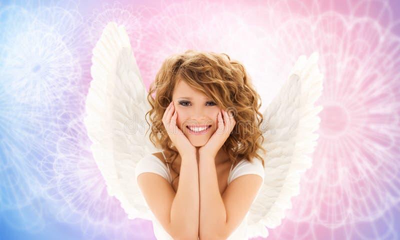 La jeune femme ou la fille heureuse d'ado avec l'ange s'envole images libres de droits