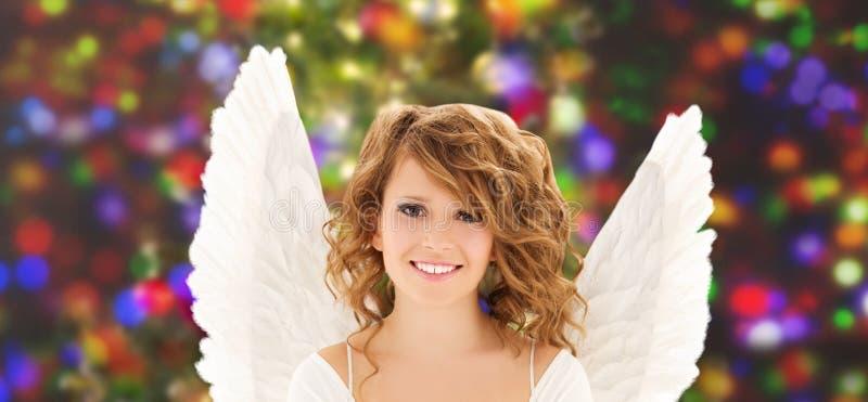 La jeune femme ou la fille heureuse d'ado avec l'ange s'envole image stock