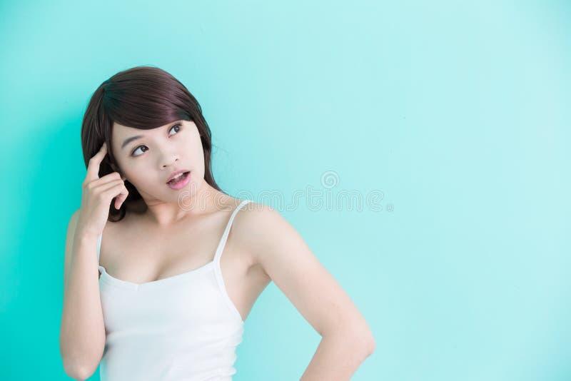 La jeune femme pensent quelque chose photographie stock