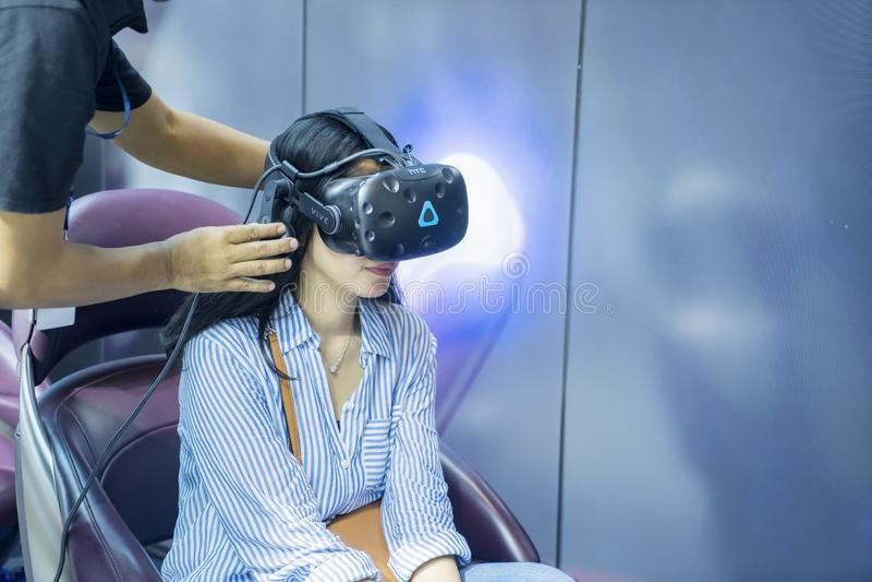 La jeune femme porte les lunettes virtuelles à GIIAS 2019 image libre de droits