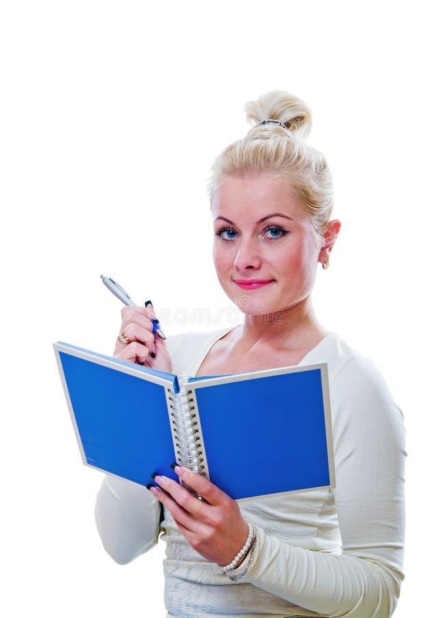 La jeune femme regarde une note dans un carnet images libres de droits