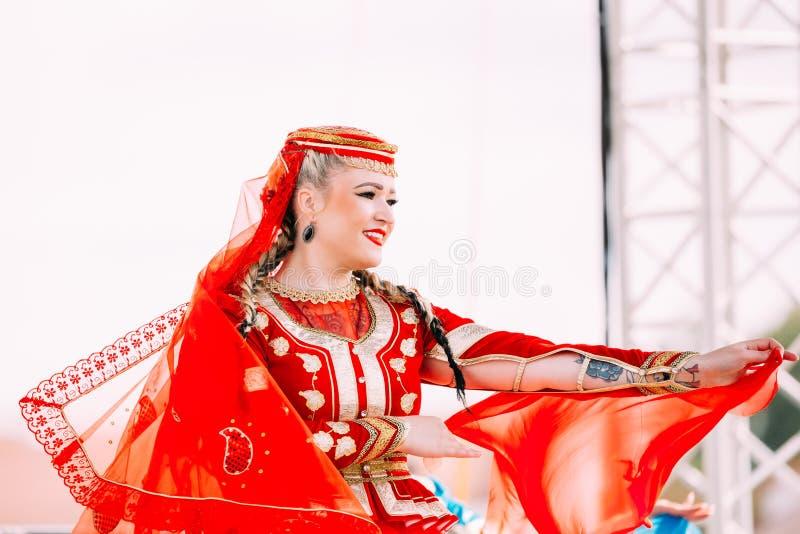 La jeune femme s'est habillée dans le costume folklorique traditionnel dansant Azerbaij photographie stock libre de droits