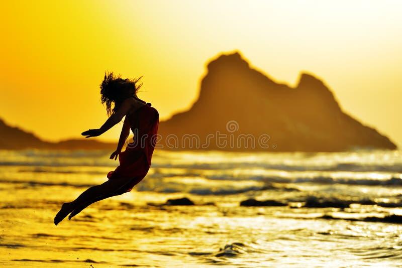 Download La Jeune Femme Sautant Sur La Plage En été Photo stock - Image du normal, océan: 56483764