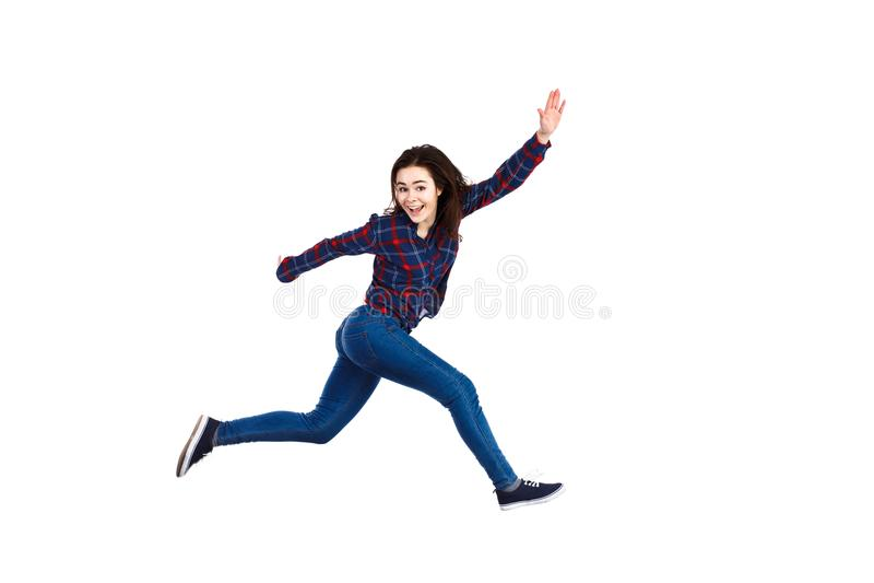 La jeune femme sautant sur le fond blanc photo libre de droits