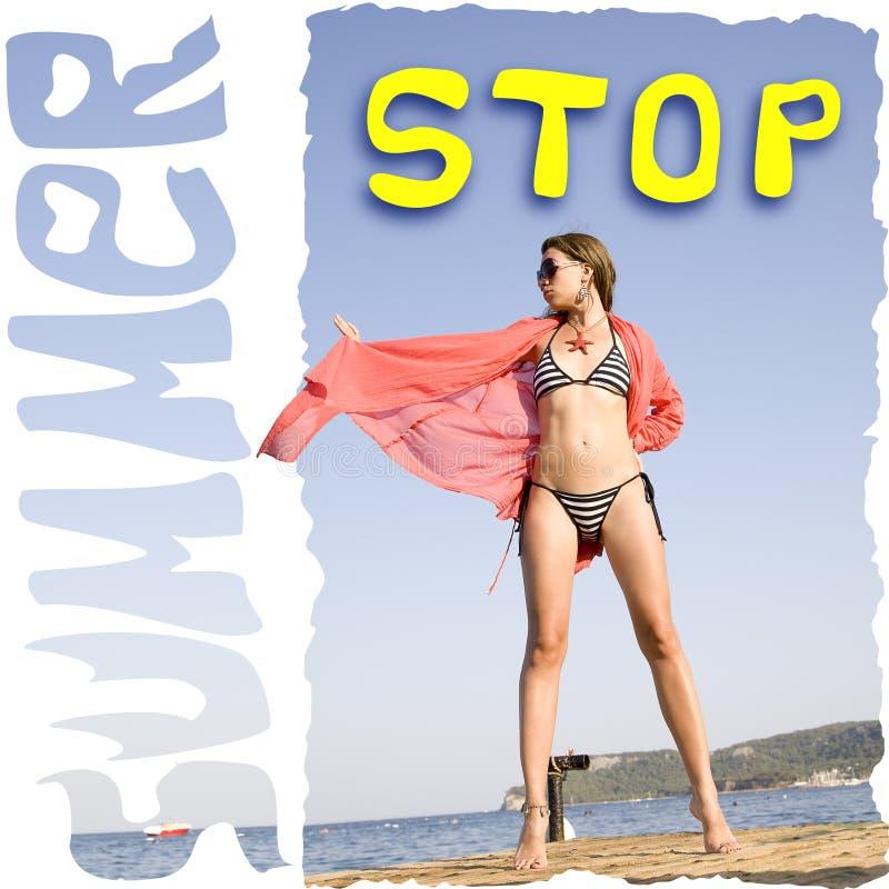 La jeune femme se tenant prêt la mer et veut arrêter l'été photo stock