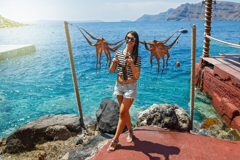 La jeune femme se tient dans des mains de homard images stock