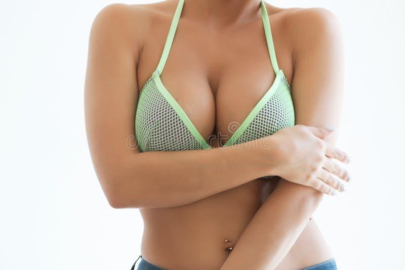Download La Jeune Femme Sexy Avec De Longs Cheveux Démontrent Ses Dessous Noirs Image stock - Image du ventre, elle: 77154719