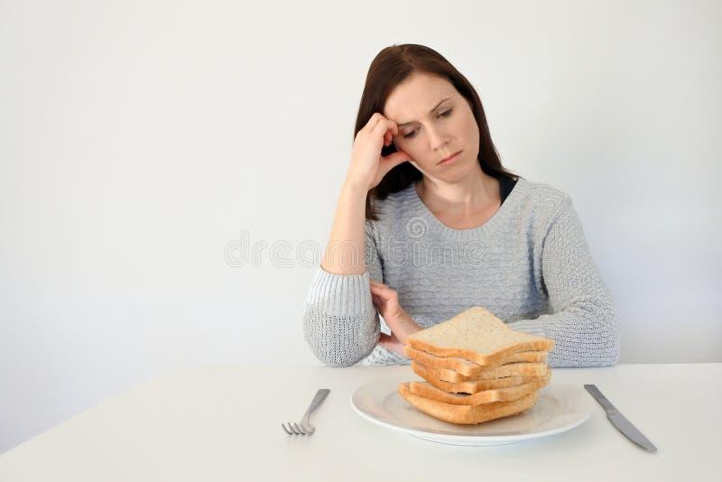 La jeune femme souffre d'un gluten photographie stock