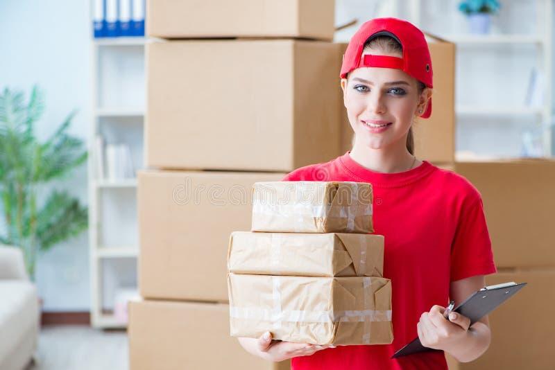 La jeune femme travaillant au centre serveur de distribution de colis images stock