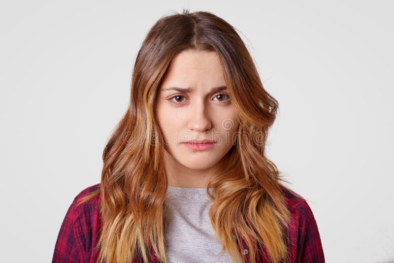 La jeune femme triste avec l'expression douleureuse se sent frustrante, a de longs cheveux, a la peau saine, exprime la tristesse photographie stock libre de droits