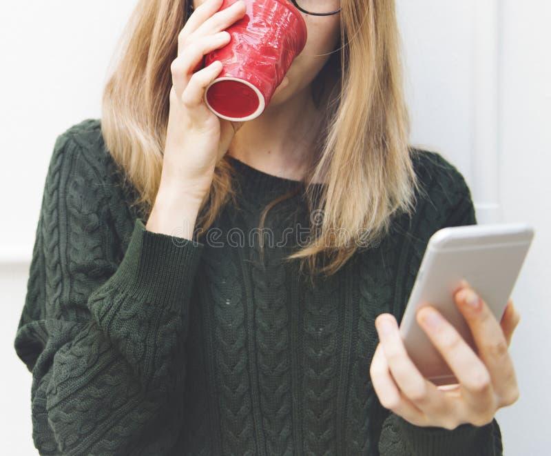 La jeune femme utilise le téléphone portable images libres de droits