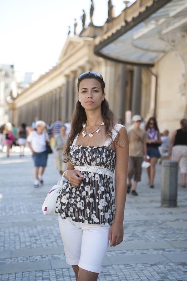 La jeune fille à une jupe de couleur se retient dans une main a images stock