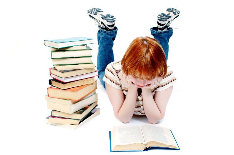 La jeune fille a affiché le livre sur le blanc photo libre de droits