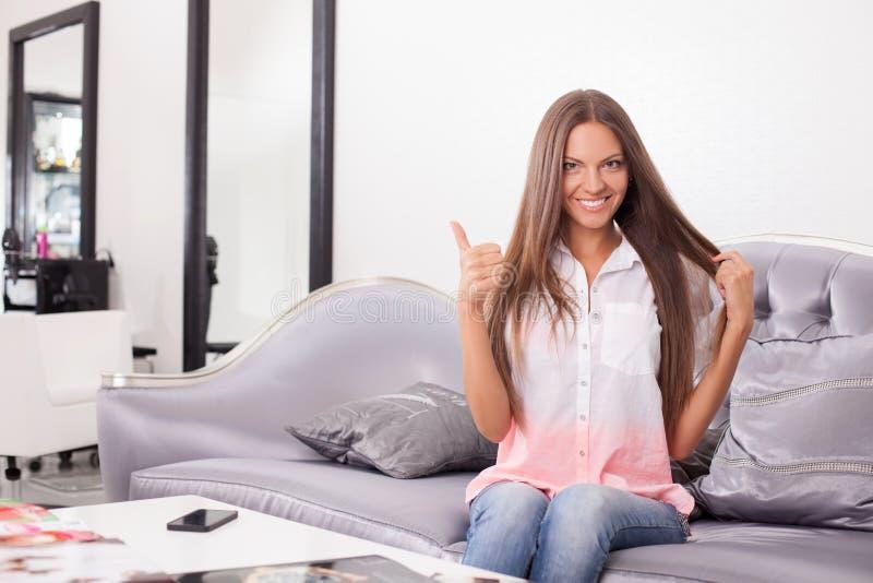 La jeune fille attirante fait des gestes dans la boutique de beauté images stock