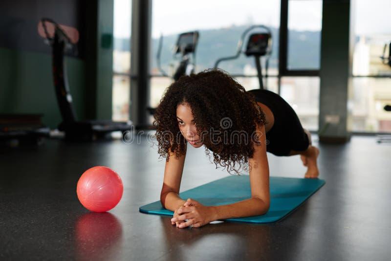 La jeune fille attirante s'est engagée dans Pilates sur le tapis images libres de droits