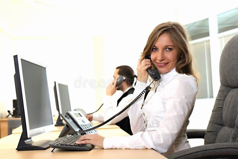 La jeune fille au bureau sur le lieu de travail fait l for Bureau jeune fille