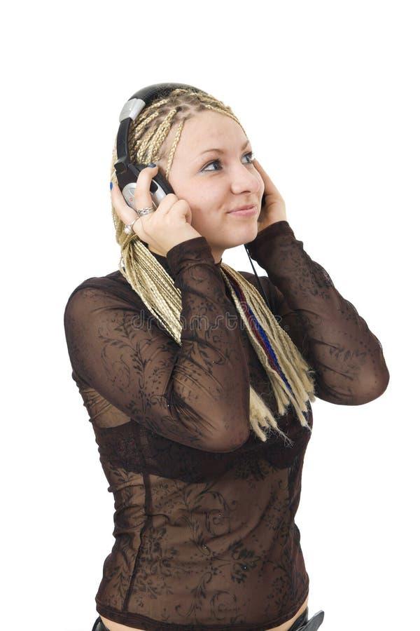 La jeune fille avec écouteurs